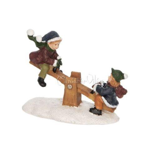 Téli falu - Libikókázó gyerekek Figura